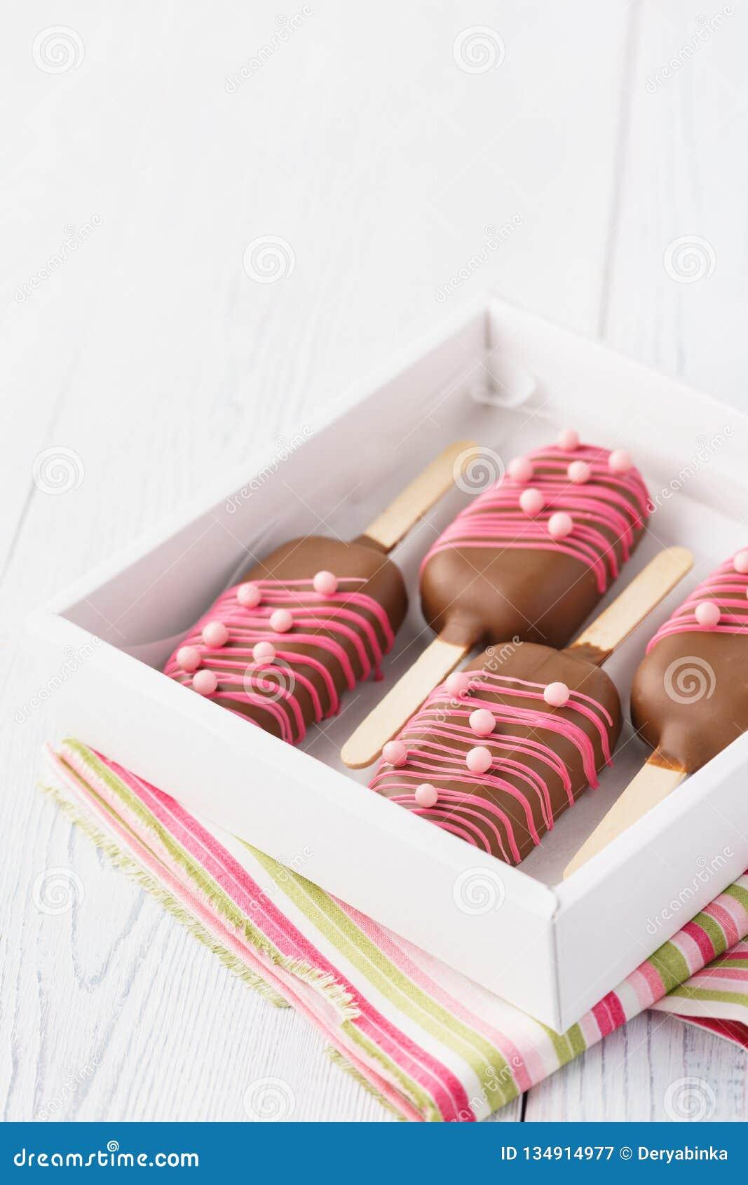 Een doos chocolade dompelde heemst onder als roomijs wordt gevormd dat