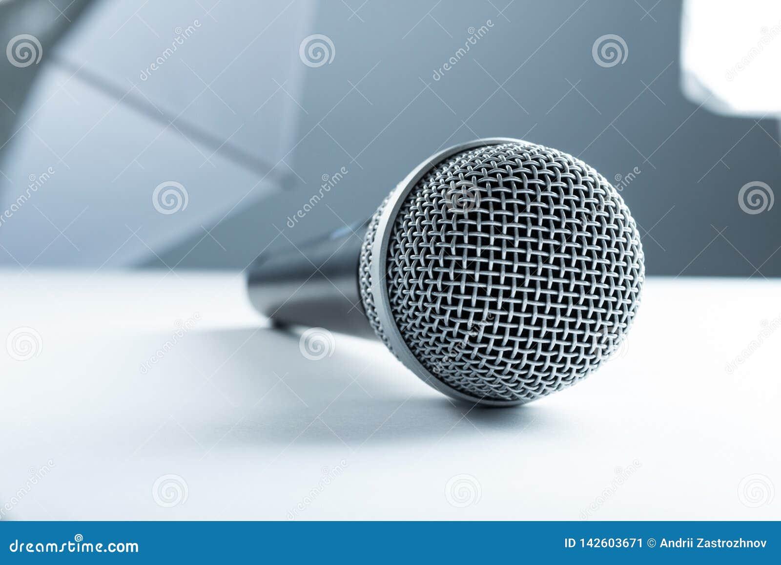 Een draadloze microfoon die op een witte lijst liggen Tegen de achtergrond van studiomateriaal, zachte dozen