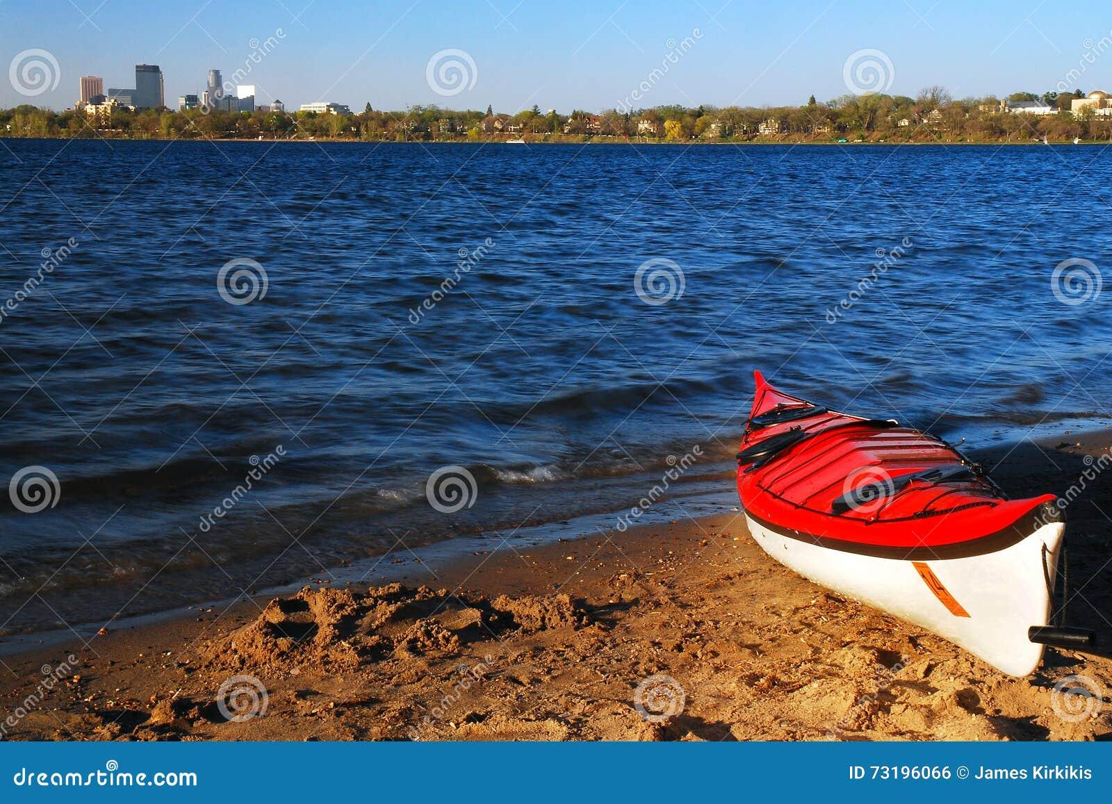 Een Eenzame Rode Kajak wacht op een Ruiter op Meer Calhoun in Minneapolis