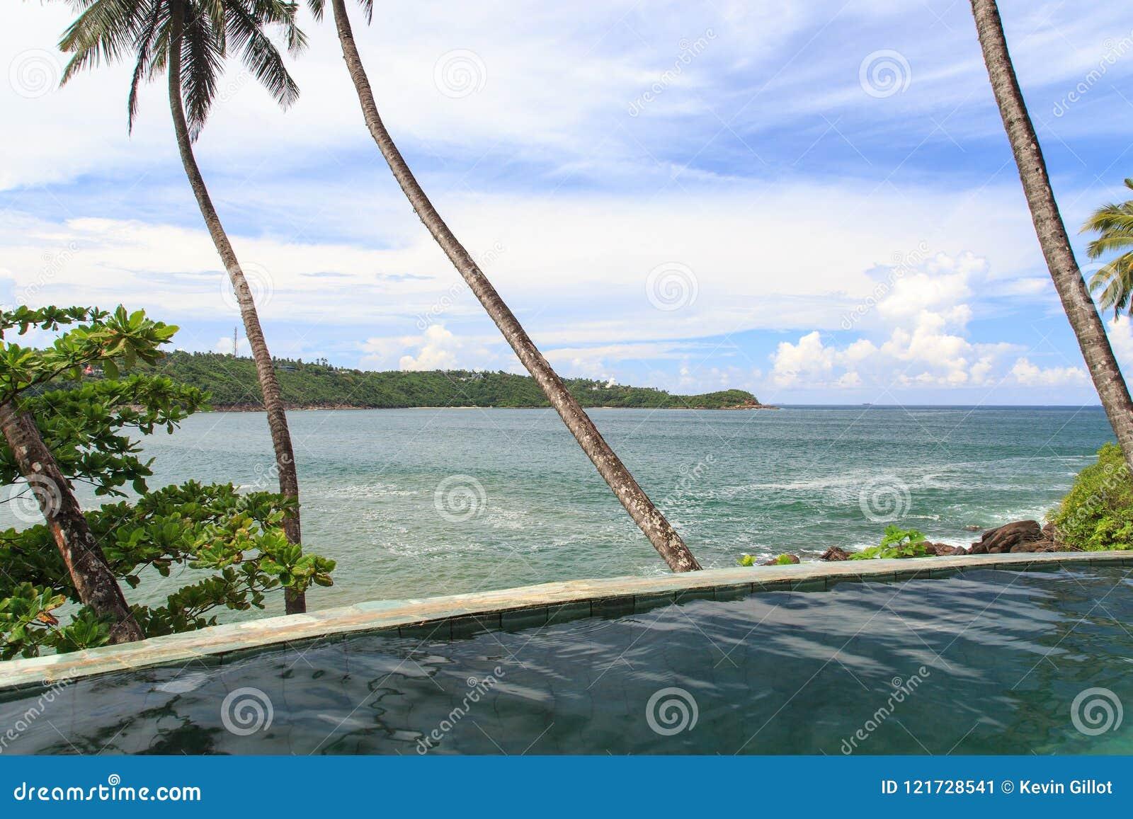 Een eindeloze tropische pool van de randstroom over het kijken de stranden van Galle - Sri Lanka