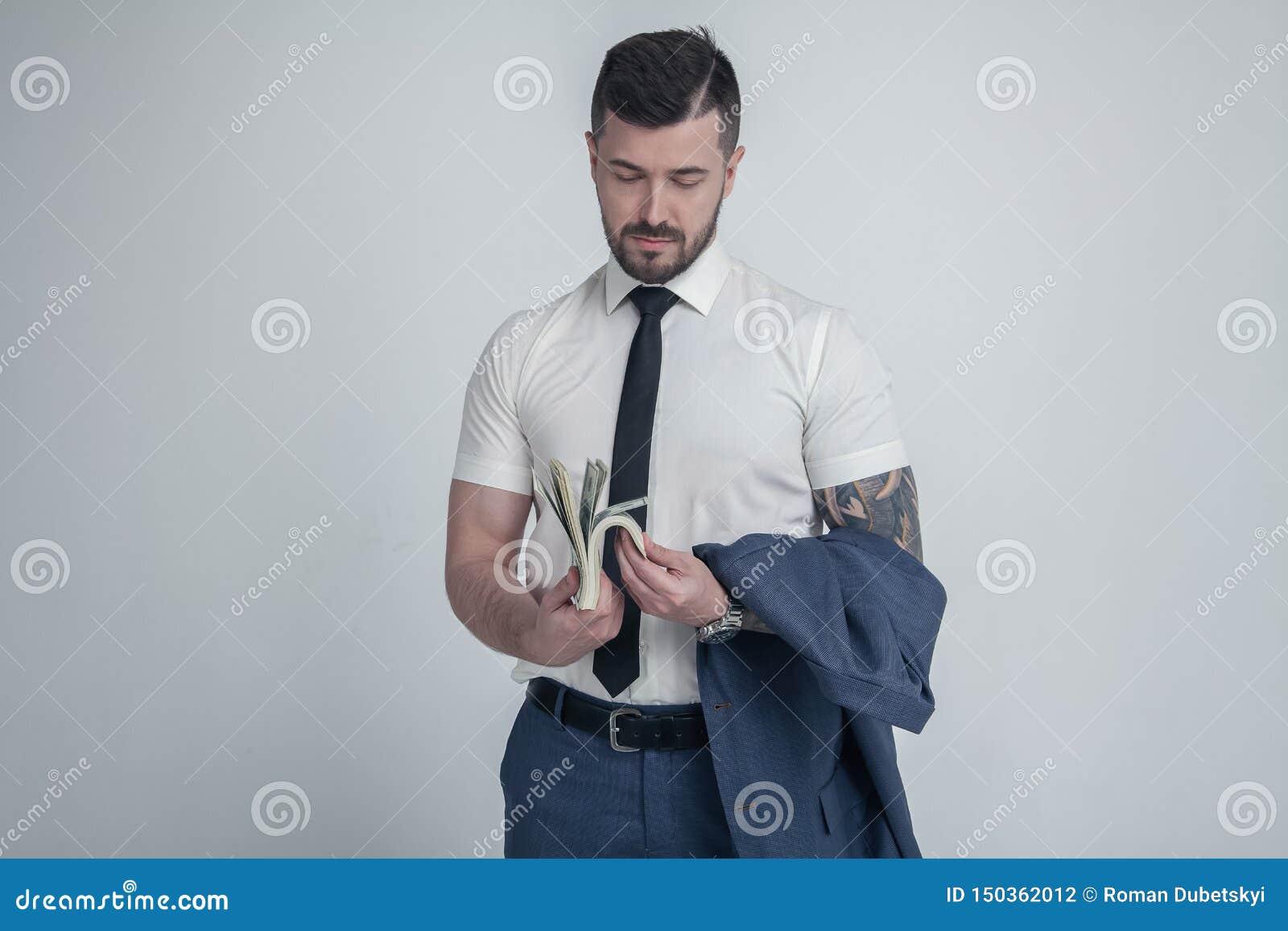 Een ernstige bankier telt geld gekleed in een witte overhemd en een band Op witte achtergrond