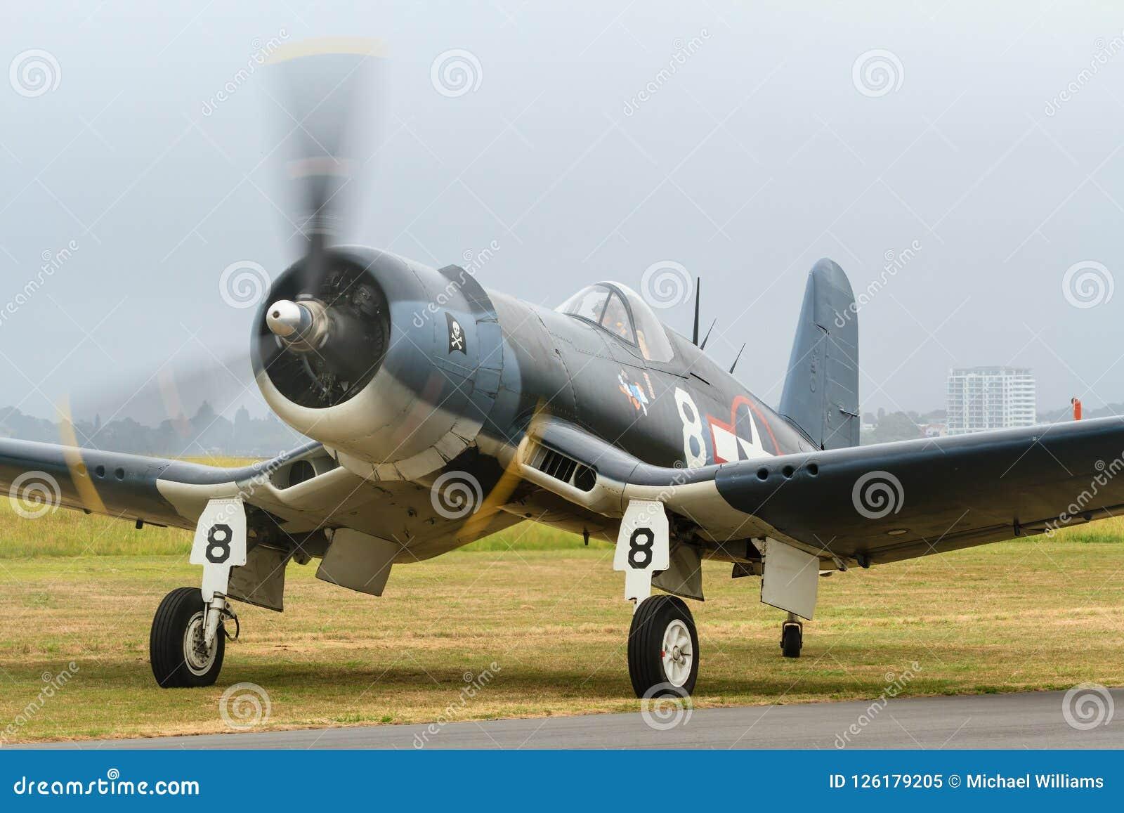 Een F4U vliegtuig van de Zeerovervechter ter plaatse