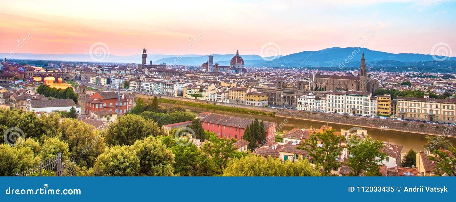 Een fabelachtig panorama van Florence van Michelangelo Square a
