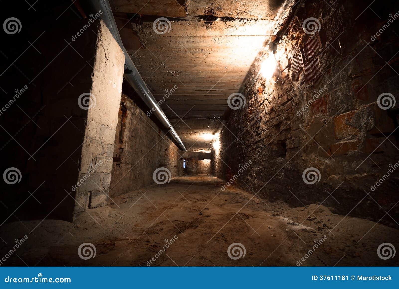 Een fabriek gang van de de bouwkelderverdieping stock afbeelding afbeelding 37611181 - Decoreren van een gang ...