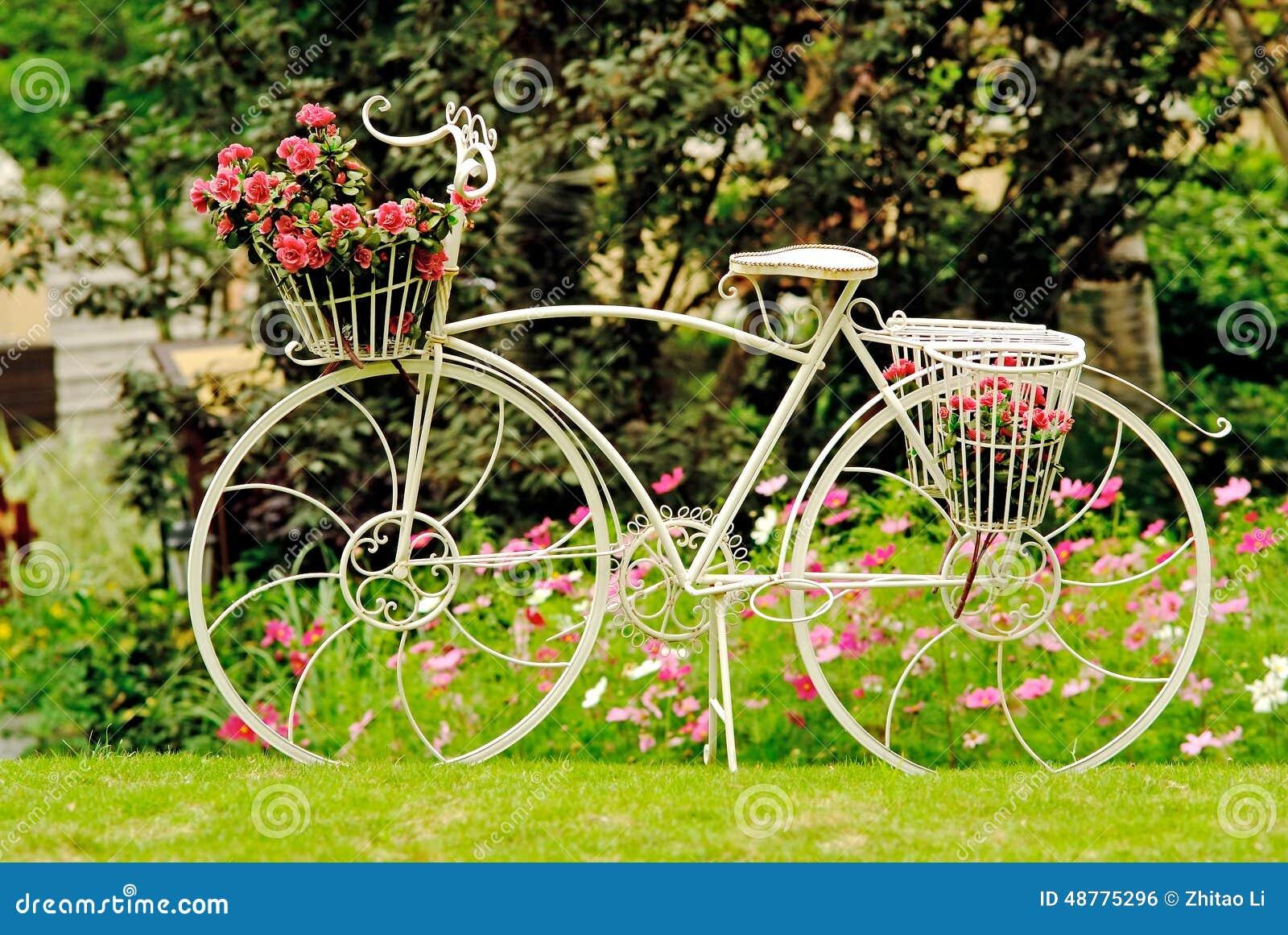 Een fiets in een tuin