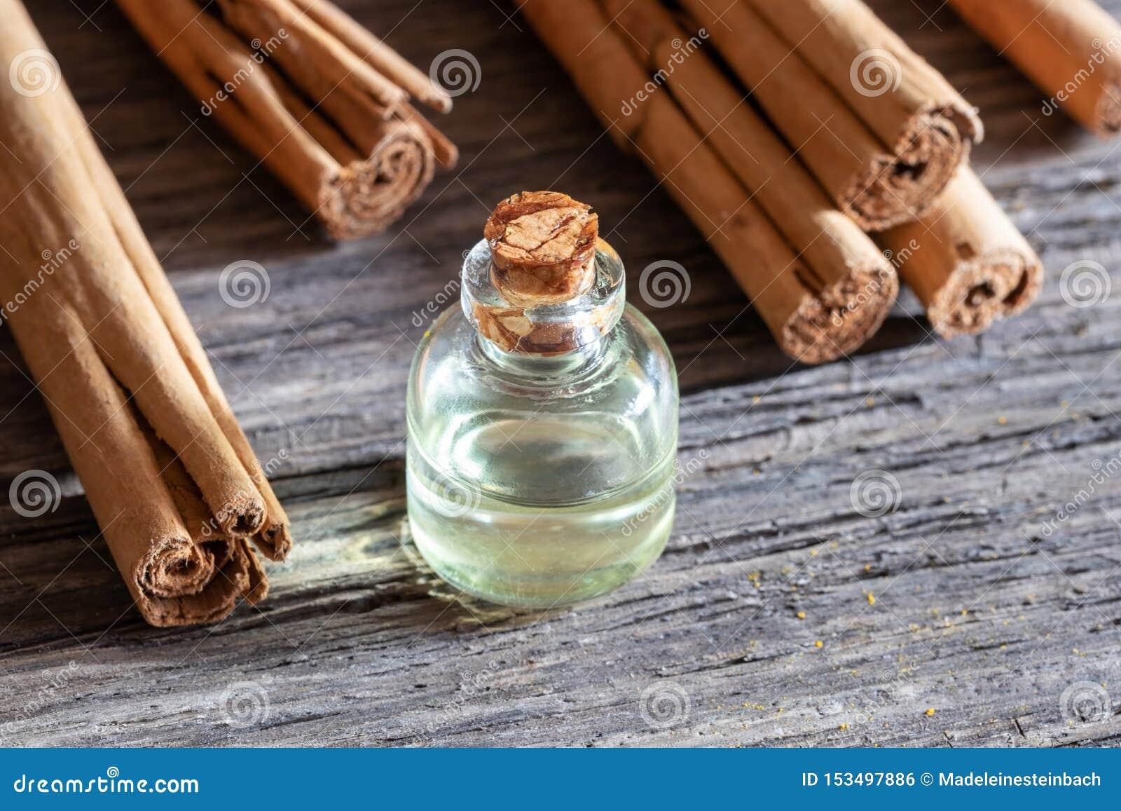 Een fles etherische olie met de pijpjes kaneel van Ceylon