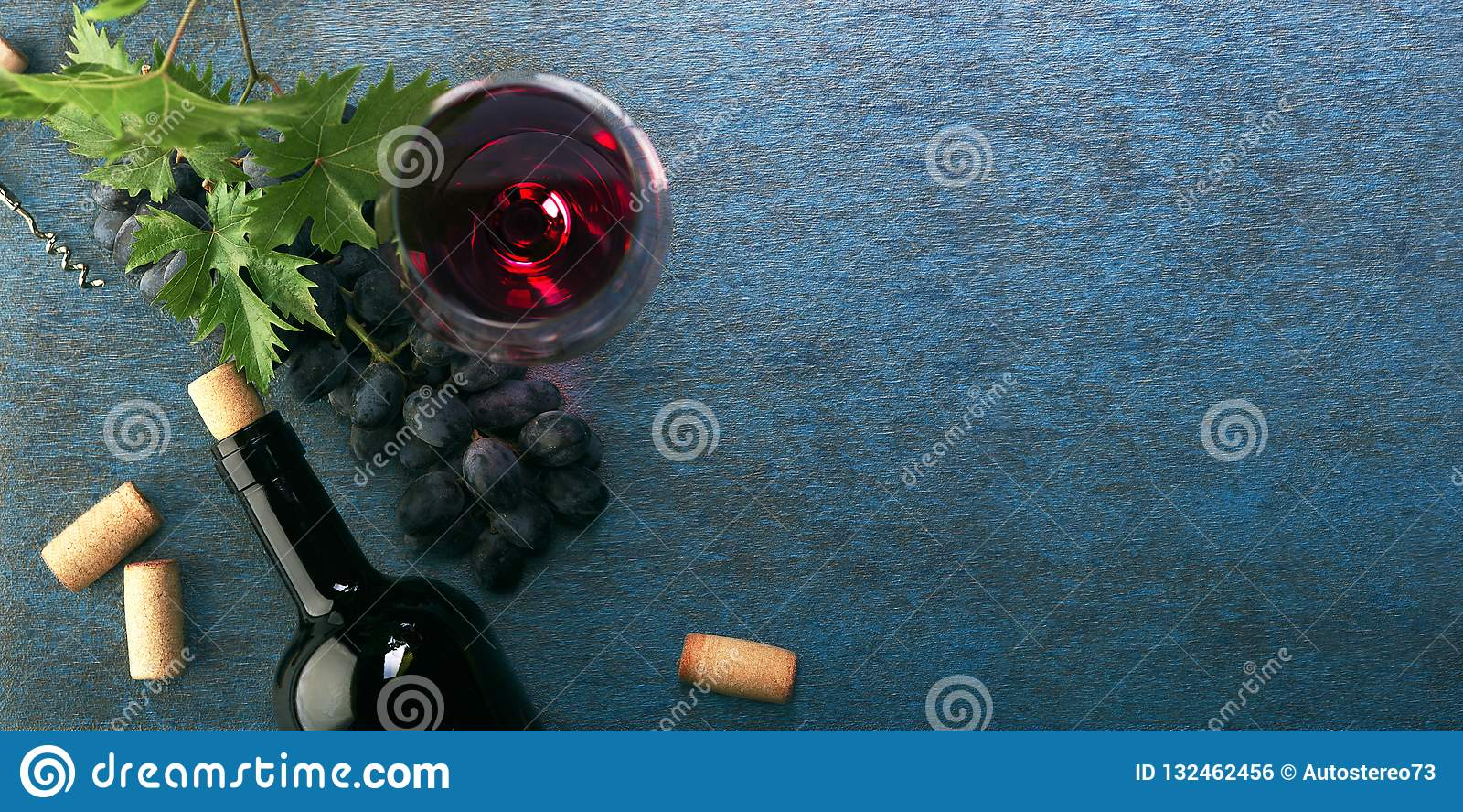Een fles van rode wijn en druiven Hoogste mening