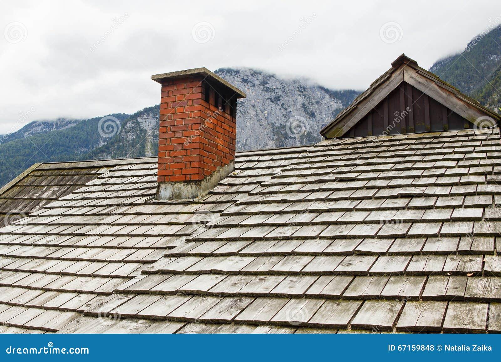 Een fragment van oud houten dak van een huis in de Alpen