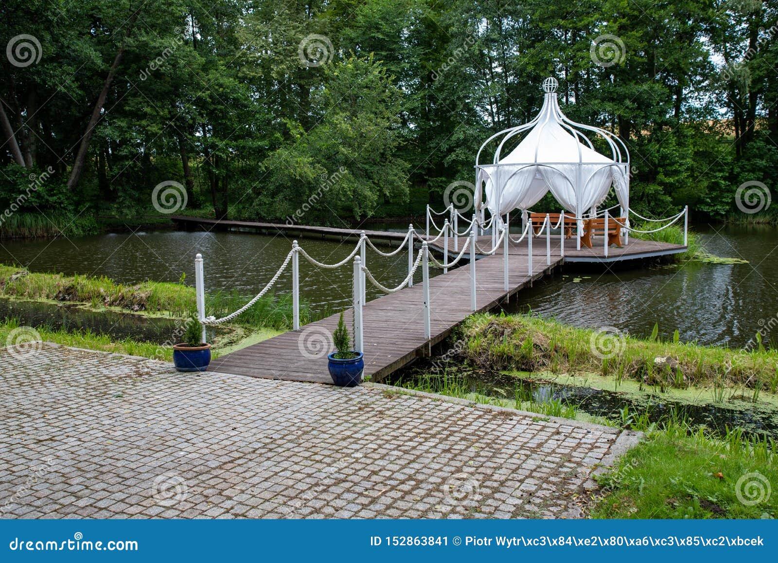 Een gazebo op het water wordt voortgebouwd dat Behandelde plaats voor vergaderingen en feesten bij een kleine staak