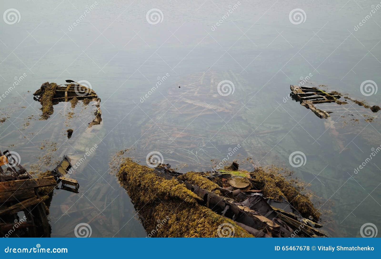 Een gedaalde houten boot met algen en mos