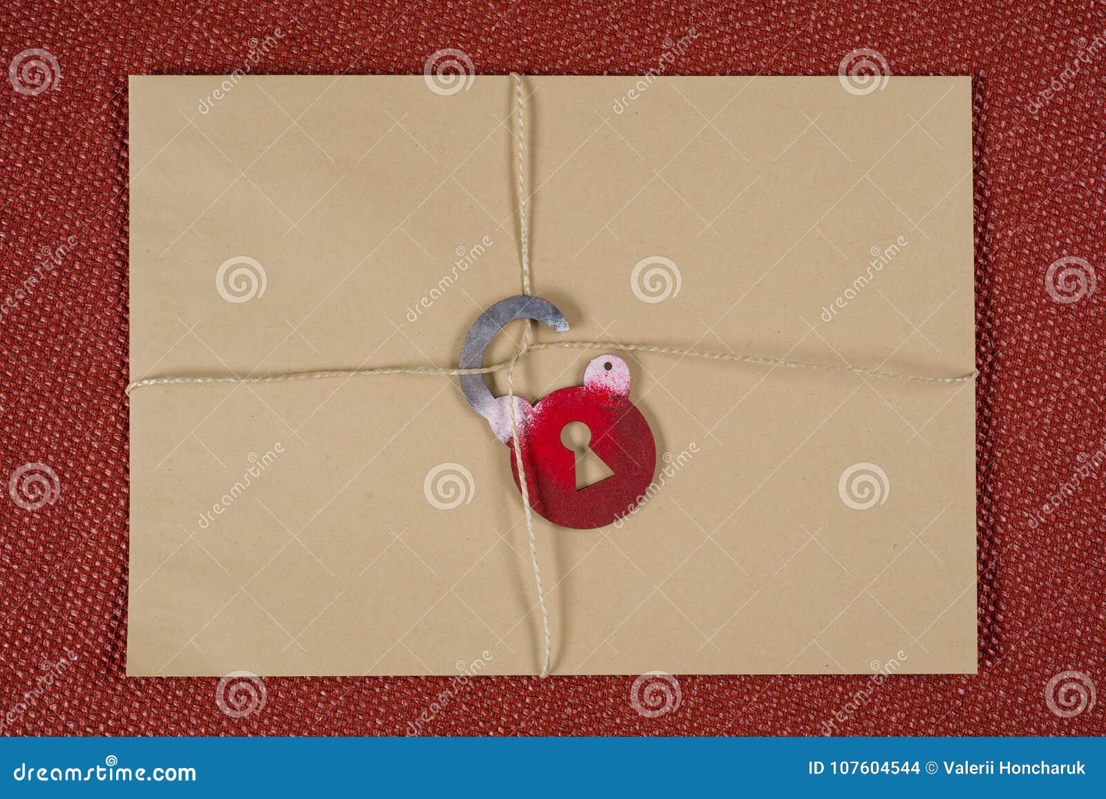 Een geheime envelop, een pakket bond met een kabel, met symbolisch slot Open het slot