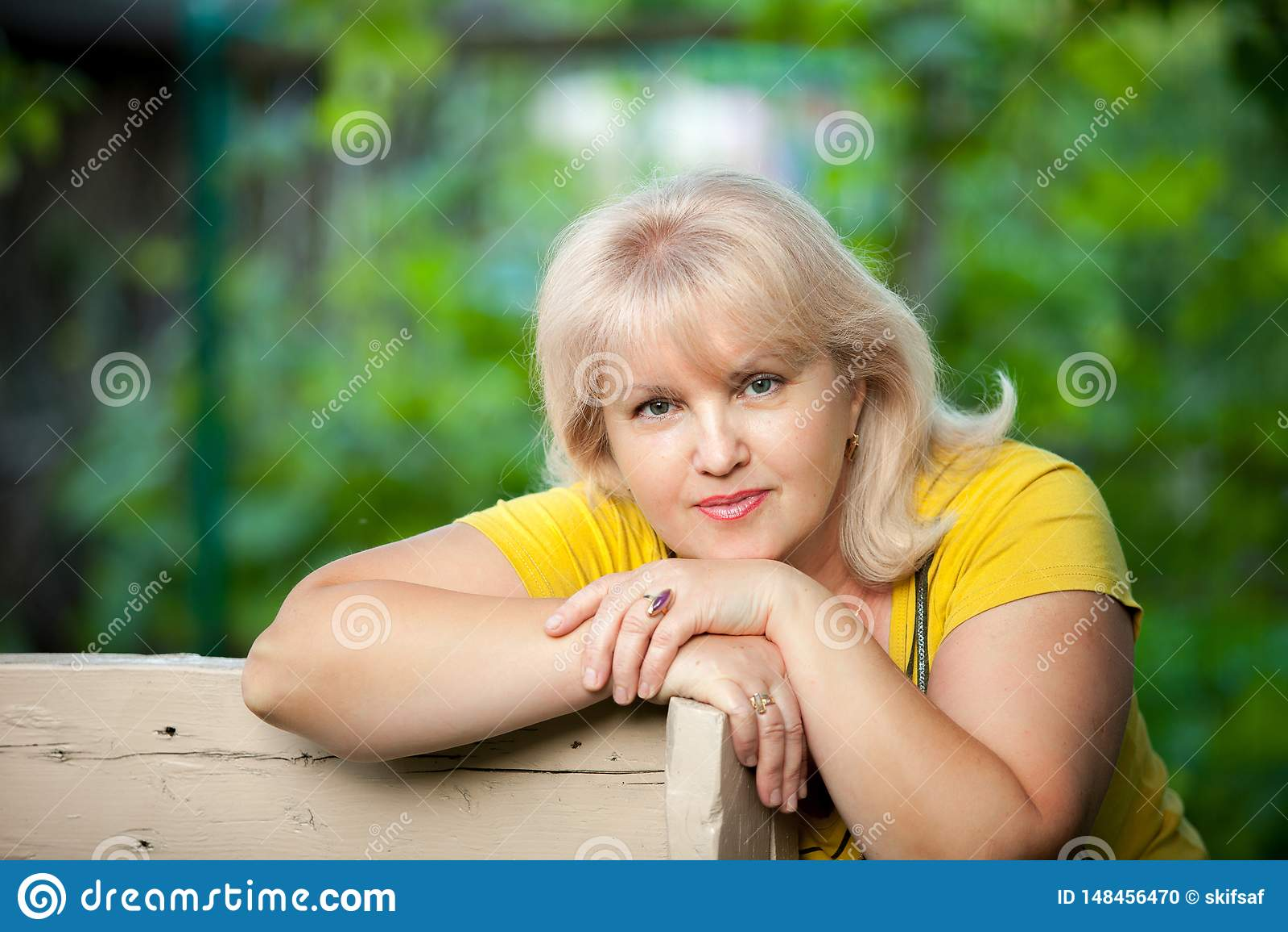 Een gekweekte vrouw op een groene achtergrond