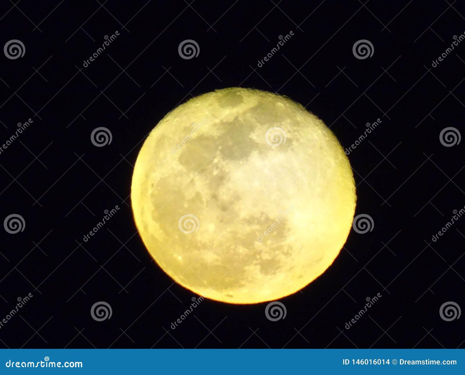 Een gele volle maan