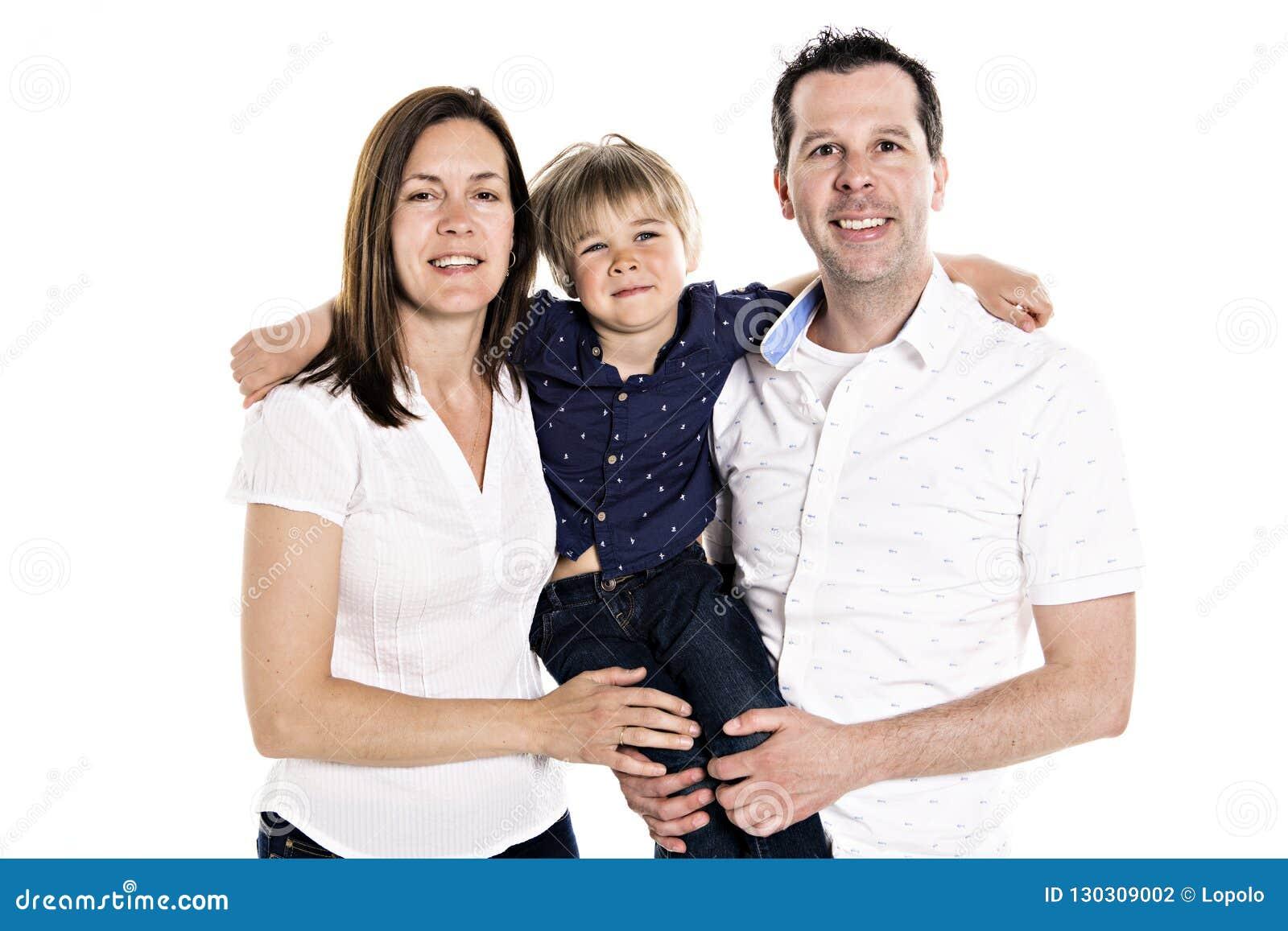 Een Gelukkige familie met zijn blonde die jongen op witte achtergrond wordt geïsoleerd