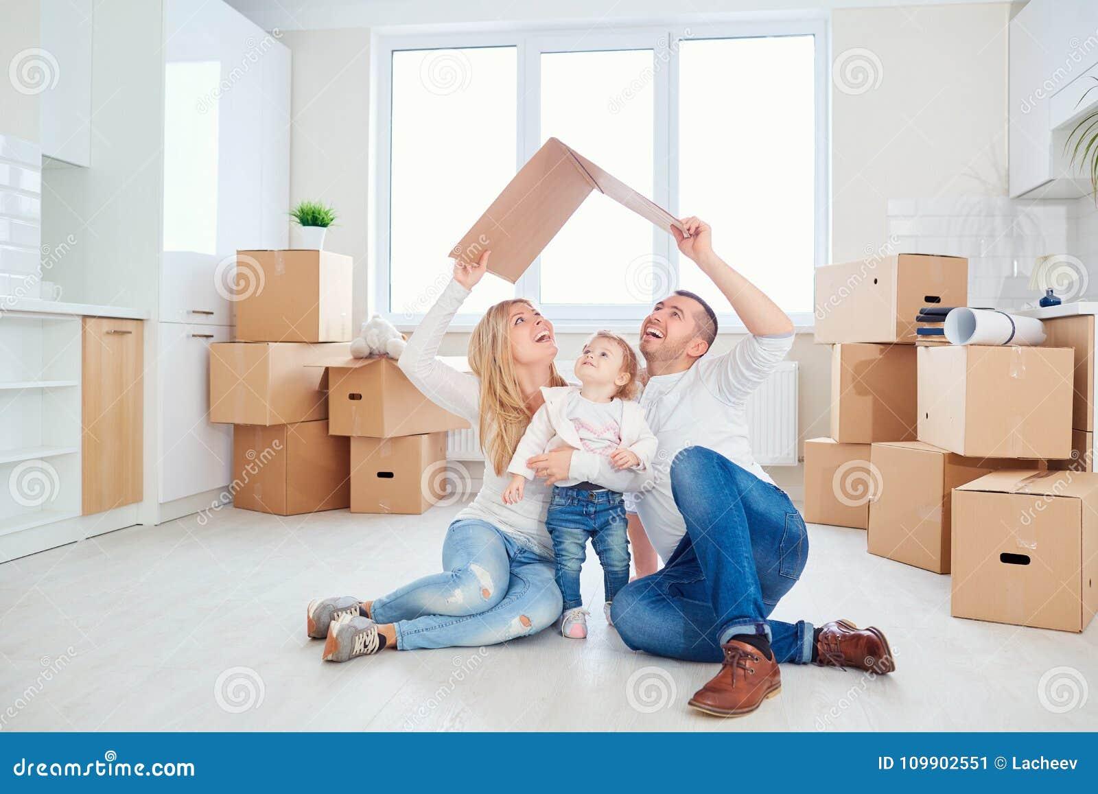 Een gelukkige familiebewegingen aan een nieuwe flat