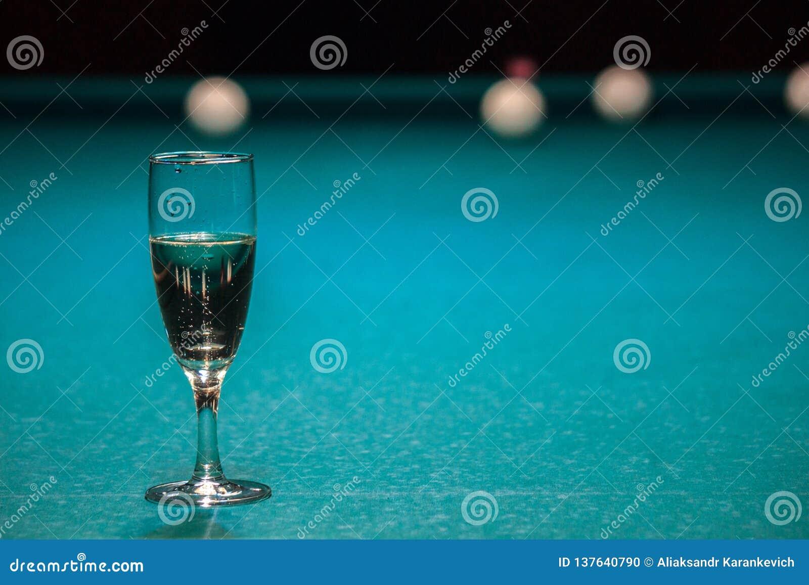 Een glas champagne is op de poollijst de winnaar van het spel, de kampioen drinkt een glas mousserende wijn Hobbys, sporten
