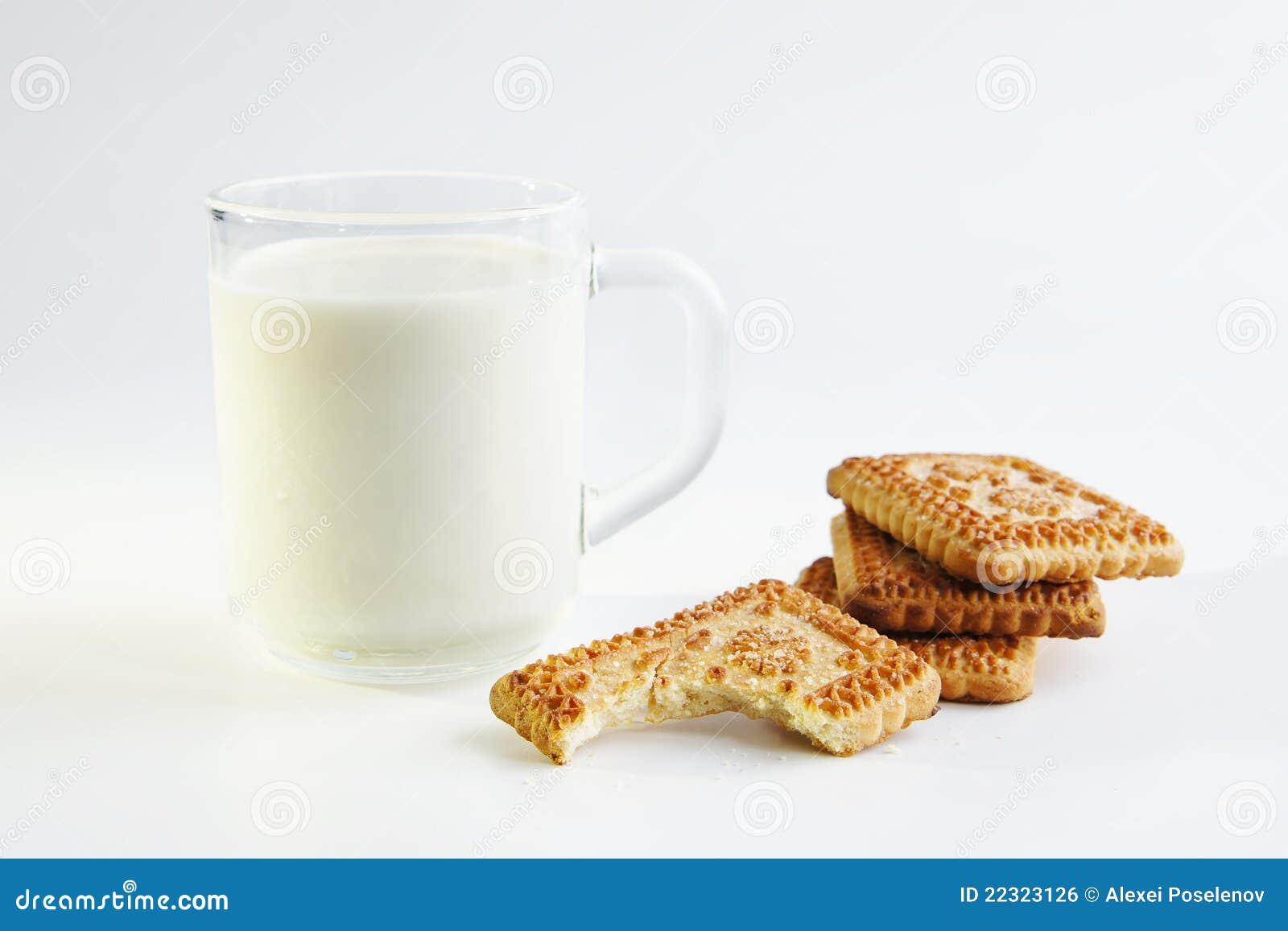 Een glas melk en koekjes