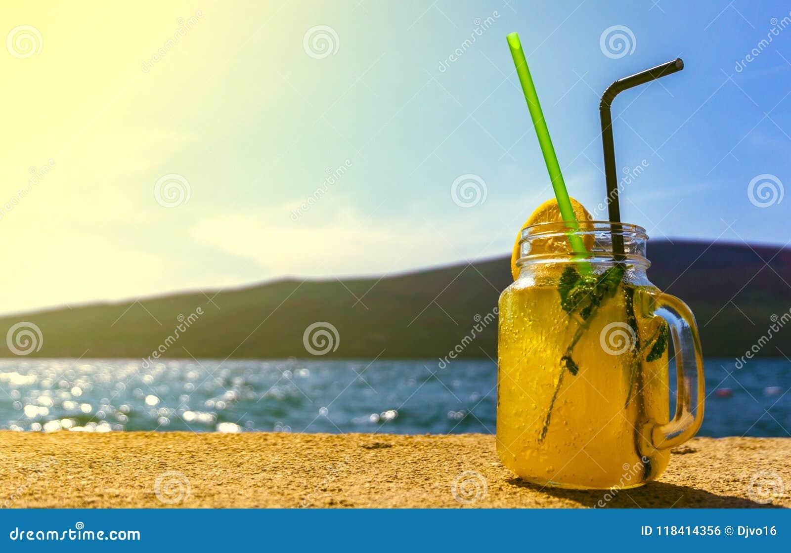 Een glas van cocktail op de achtergrond van het overzees in goed weer