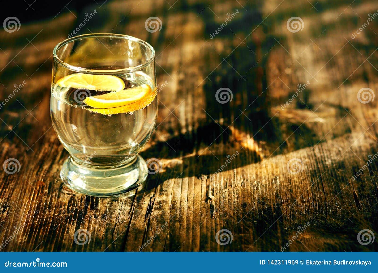 Een glas van water en een citroen