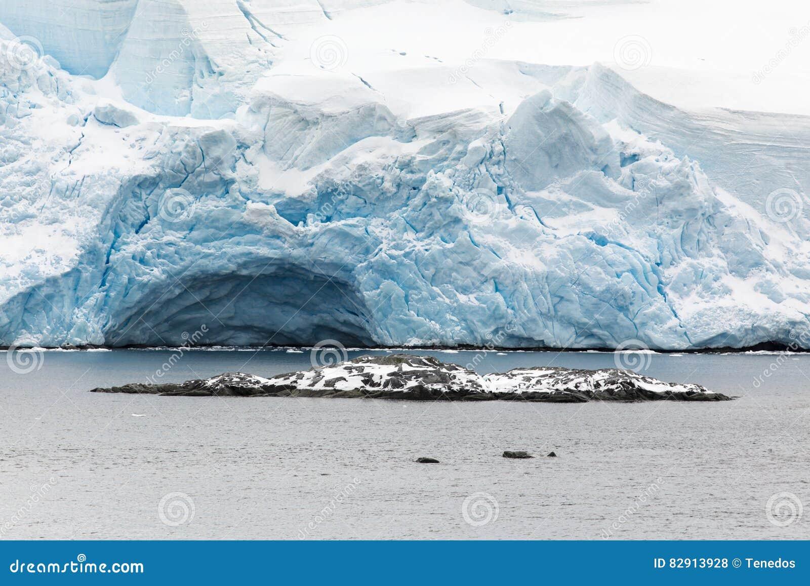 Een gletsjer dichtbij het overzees