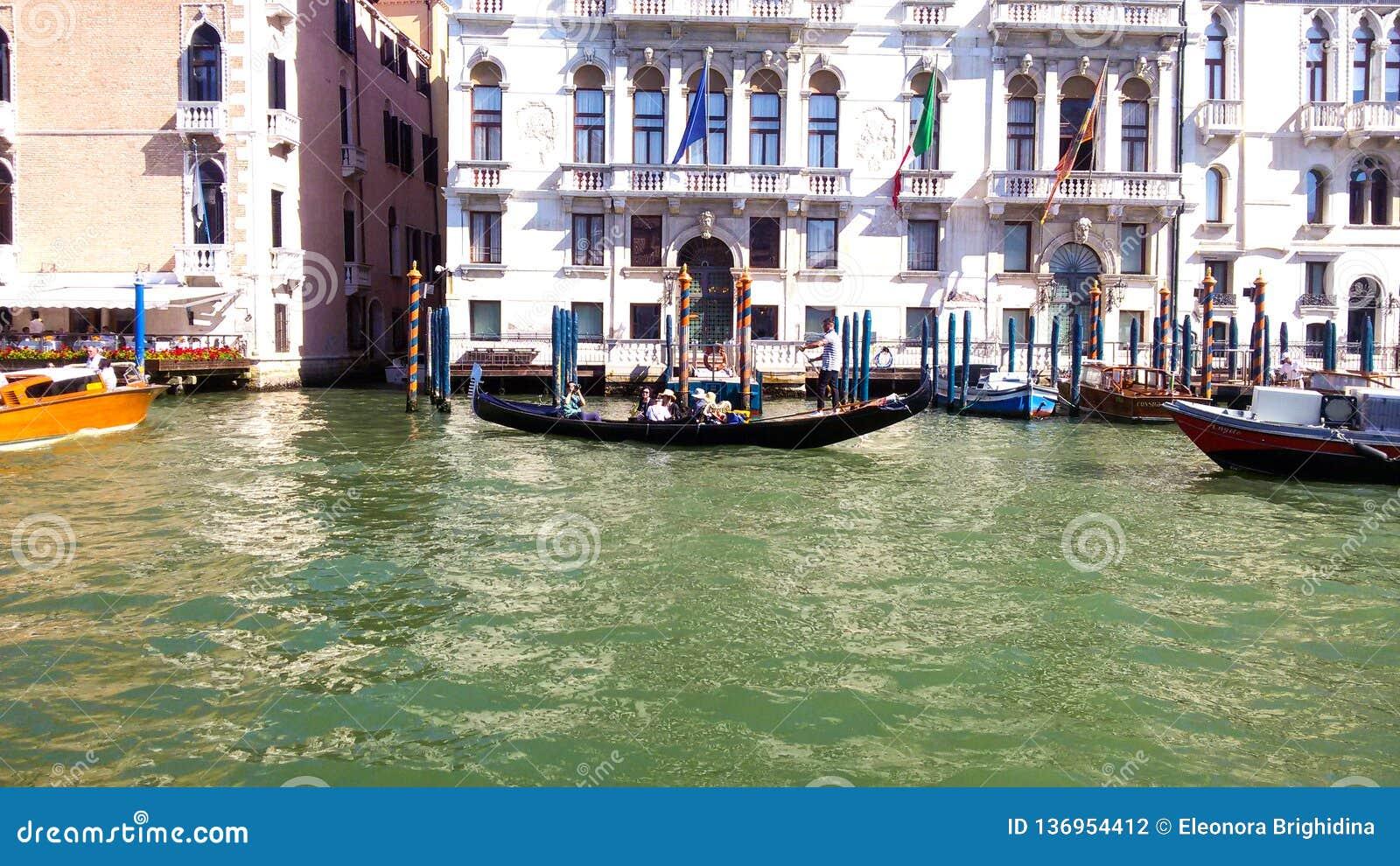 Een gondel vervoerden zijn passagiers door een kanaal in Venetië