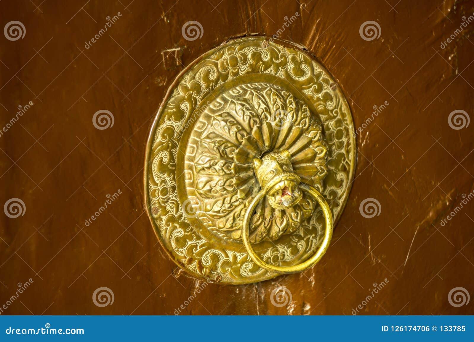 Een gouden oud deurhandvat