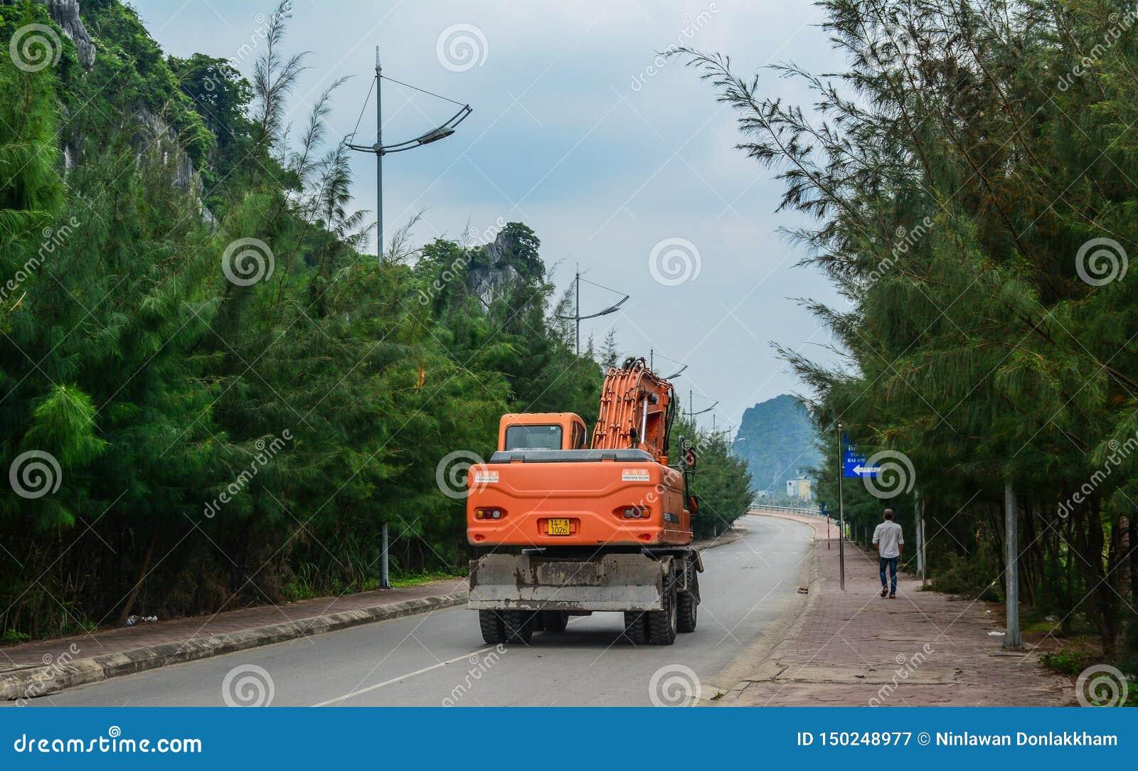 Een graafwerktuig op straat in Ha snakt, Vietnam