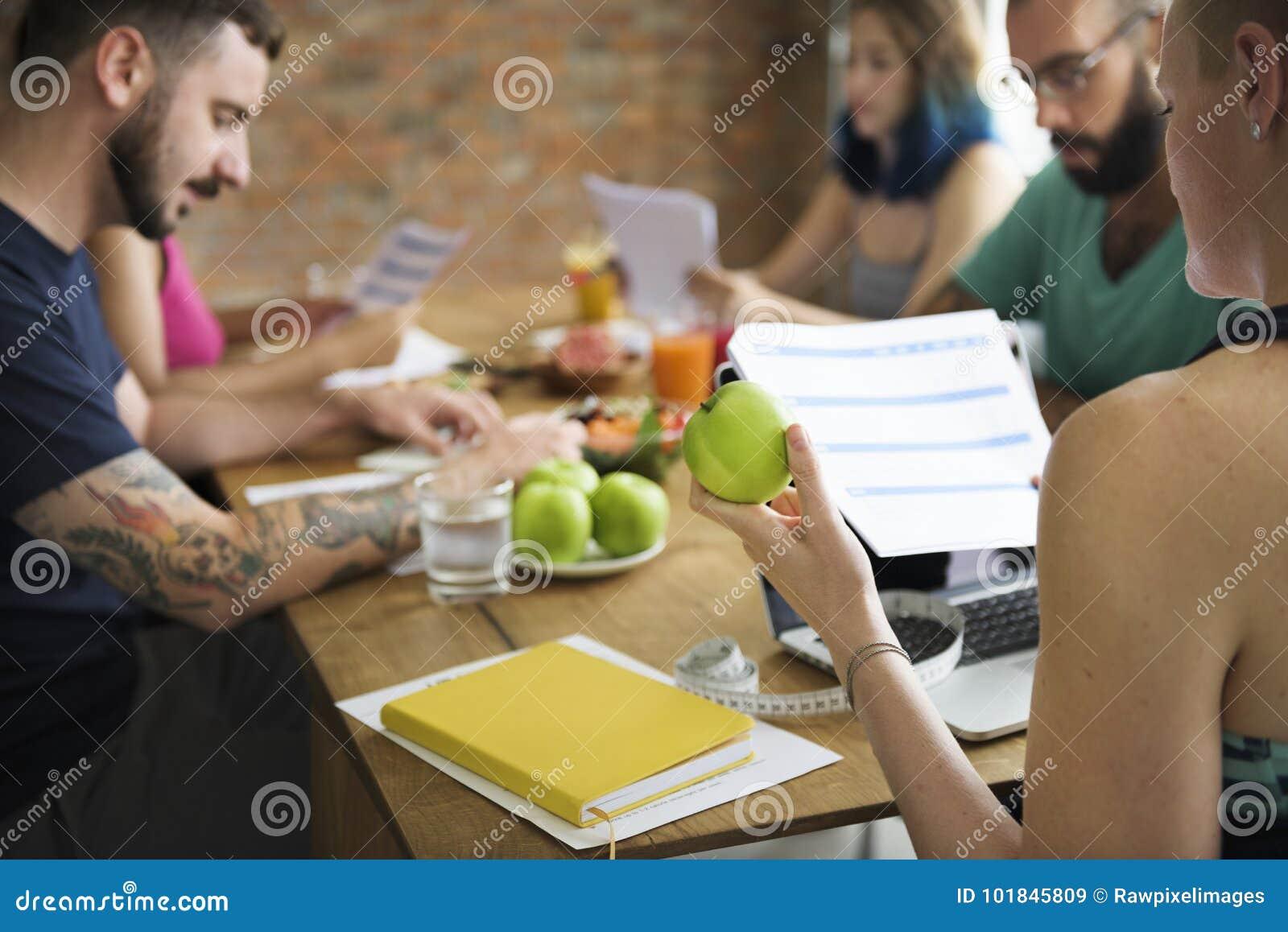Een groep diverse gezonde mensen die gezondheidsvorm samen bestuderen