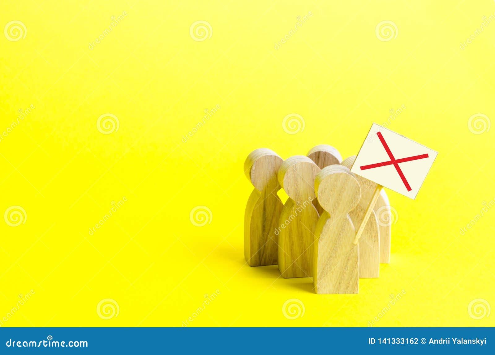 Een groep het protesteren van cijfers met tekens op een gele achtergrond Een boze menigte van houten cijfers van mensen met een a