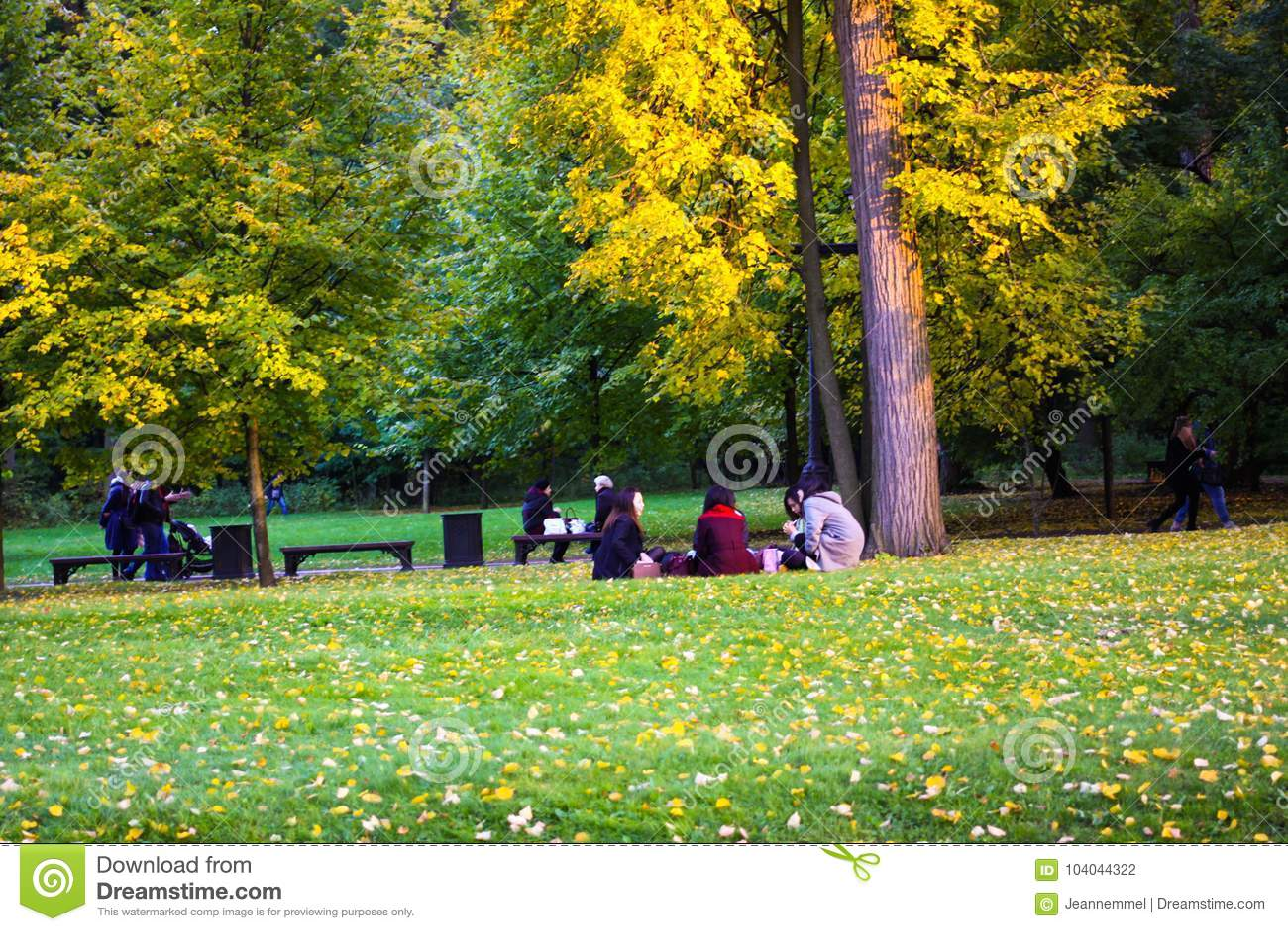 Een groep Japanse toeristen die een picknick in Tsaritsyno-park hebben