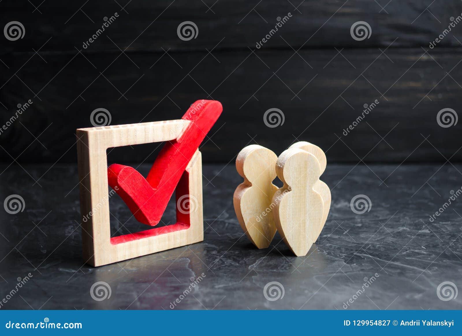 Een groep mensen bevindt zich dichtbij de tik in de doos Concept onderzoek en statistieken Verkiezing of referendum Informatiebed