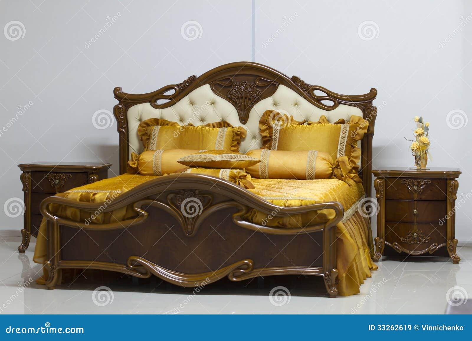 Het houten geïsoleerdee bed van de luxe stock afbeelding ...