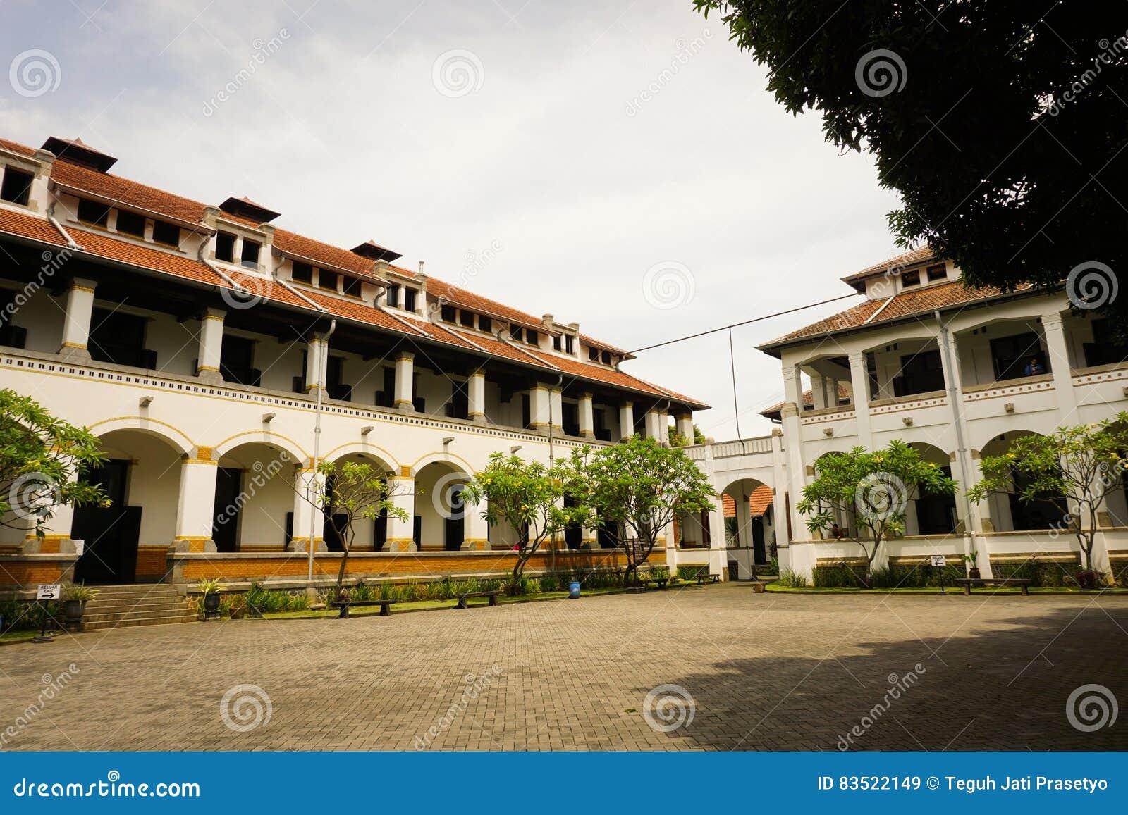Een groot die bestratingsgebied in het midden van de bouwfoto van Lawang Sewu in Semarang Indonesië wordt genomen