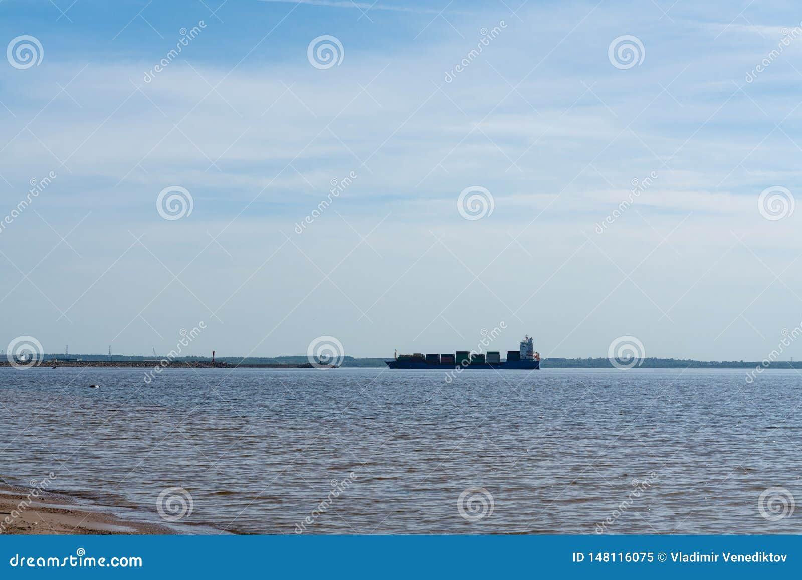 Een groot koopvaardijschip aan vervoercontainers aan boord op zee Het werk van de industrie