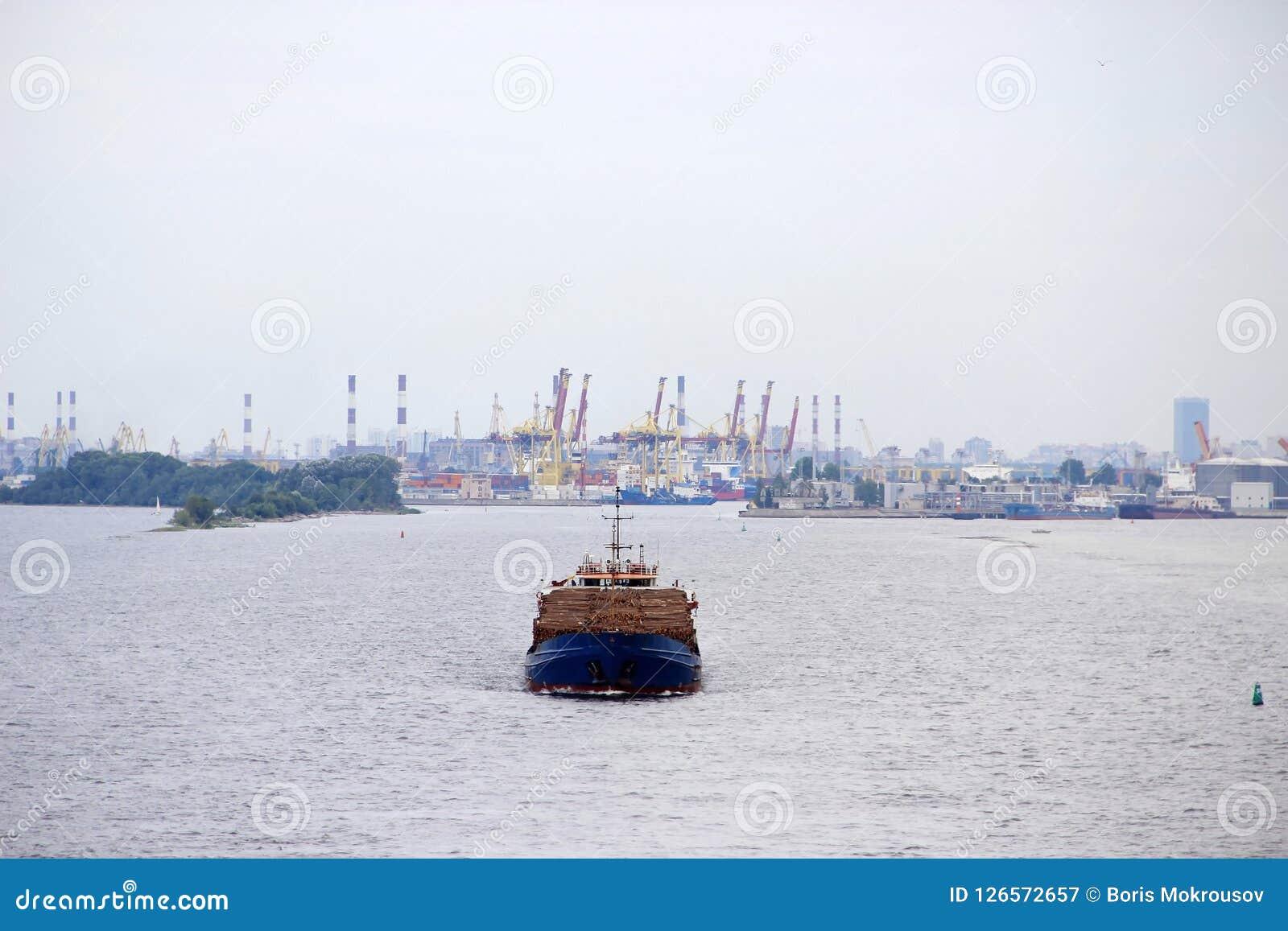 Een groot vrachtschip drijft door overzees van de haven van