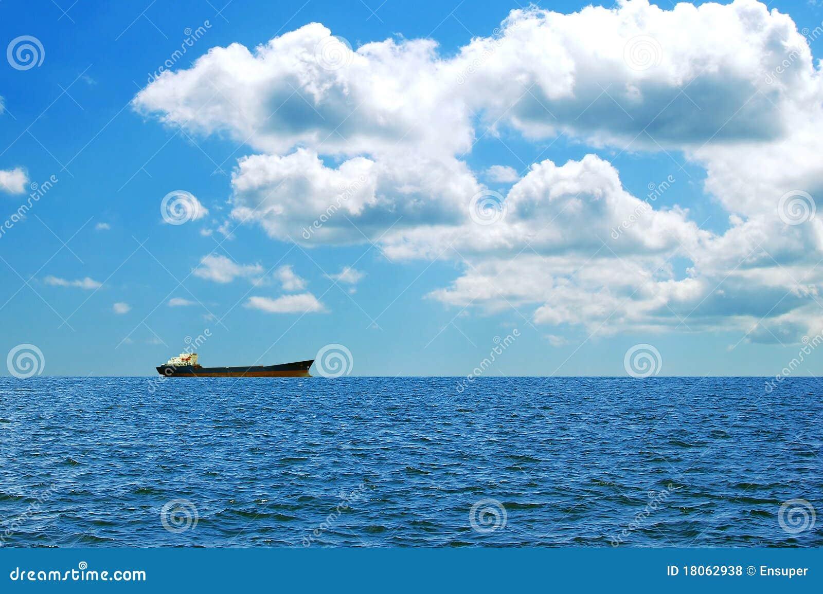 Een groot vrachtschip op zee