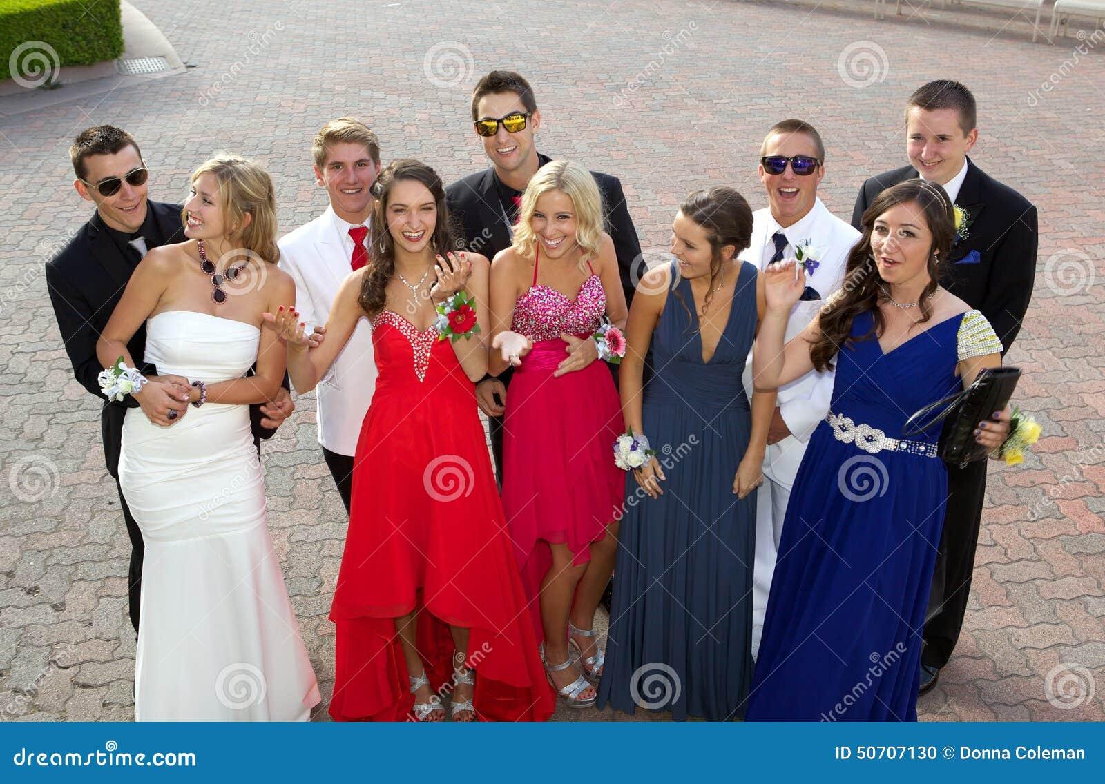 Een Grote Groep Tieners die naar Prom gaan