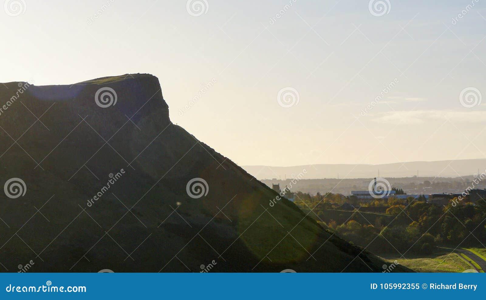 Een grote klip met ochtendhemel