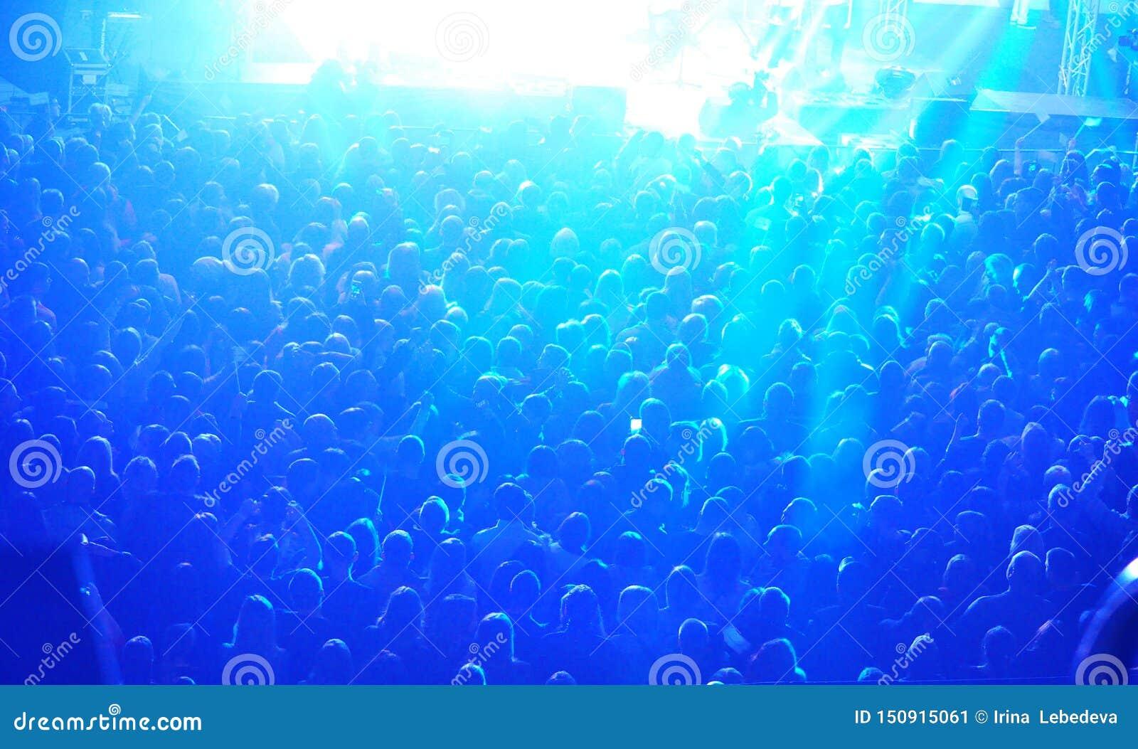 Een grote menigte van mensen bij het overleg