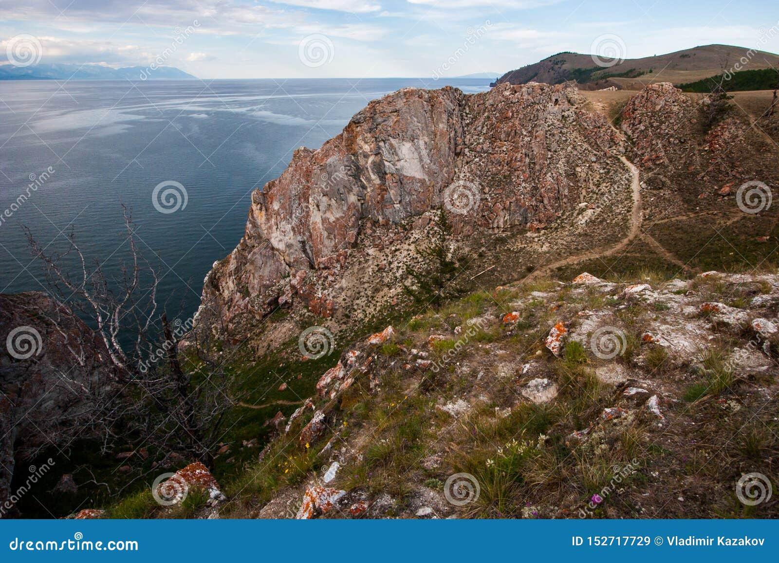 Een grote rots op de kust van Meer Baikal