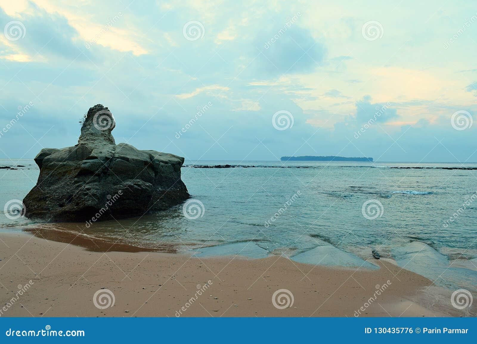 Een Grote Steen in Kalme Zeewaters in Oorspronkelijk Sandy Beach met Kleuren in Ochtend Bewolkte Hemel - Sitapur, Neil Island, An