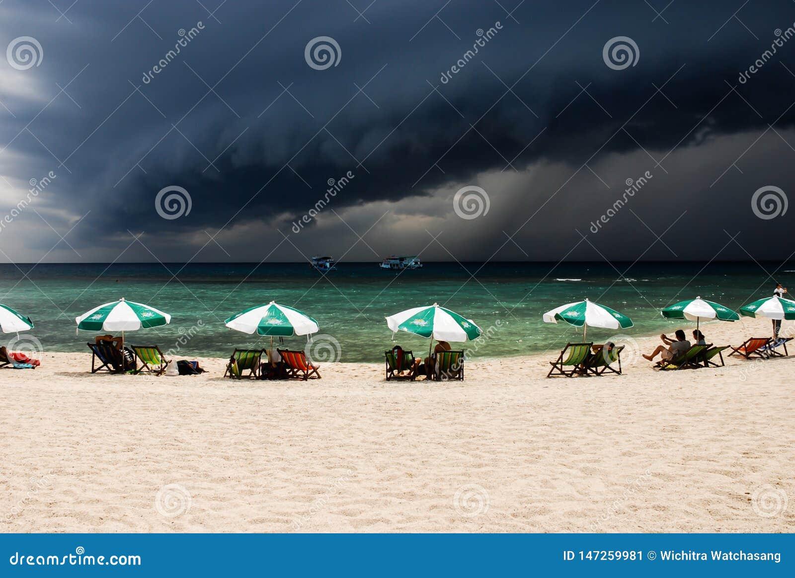 Een grote zwarte wolk vormt zich en wit strand in Koh Tao, Thailand