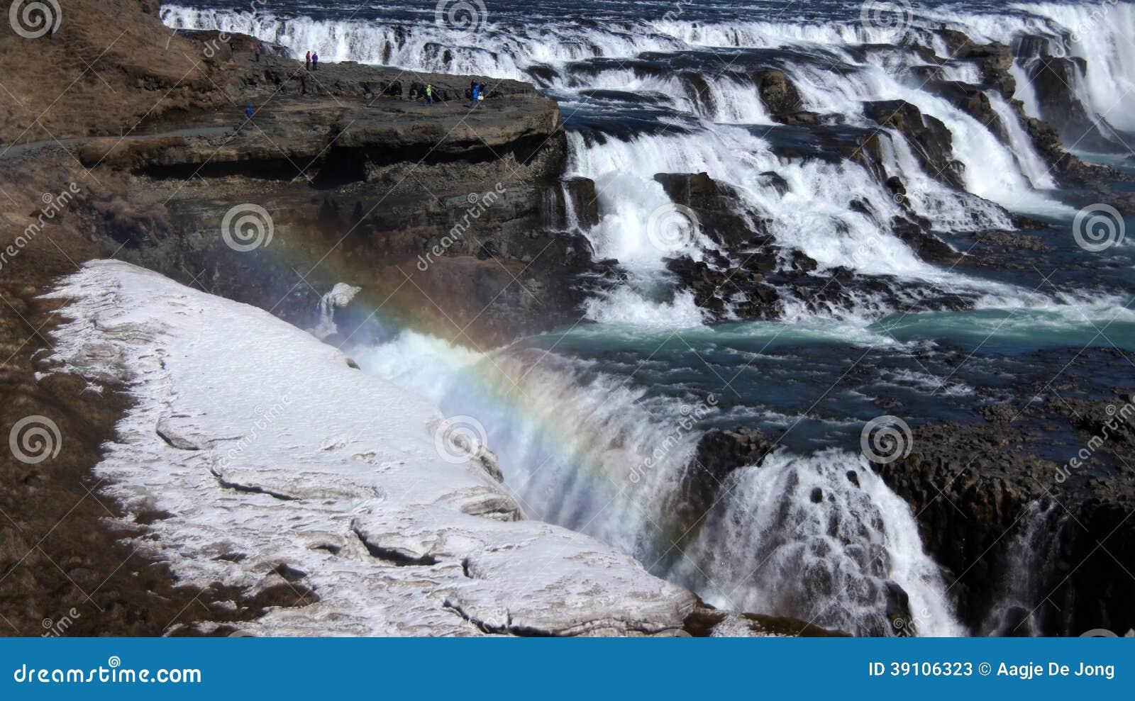 Een Gullfossdeel van ijzige waterval en regenboog