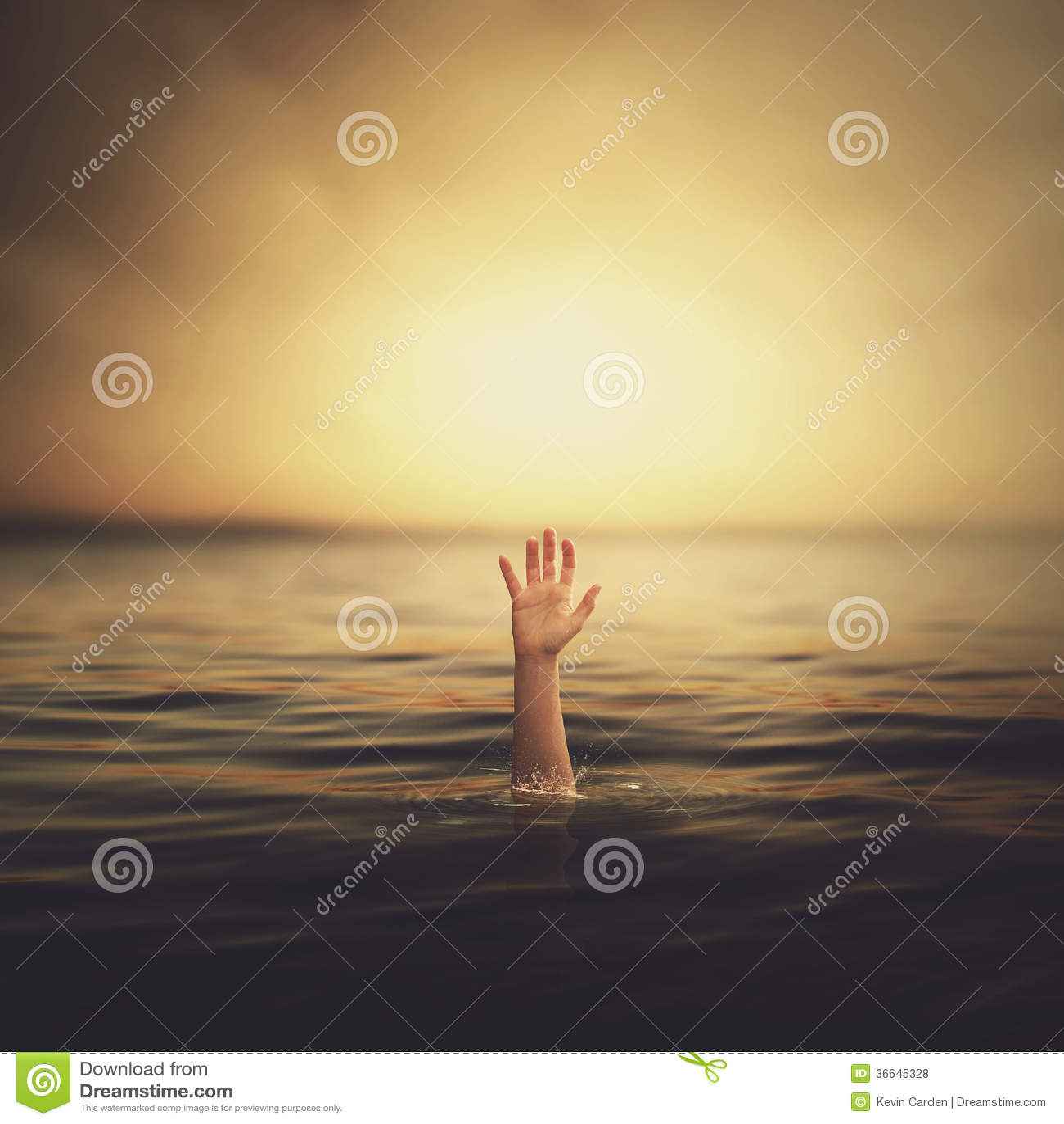Een hand die uit het water komen