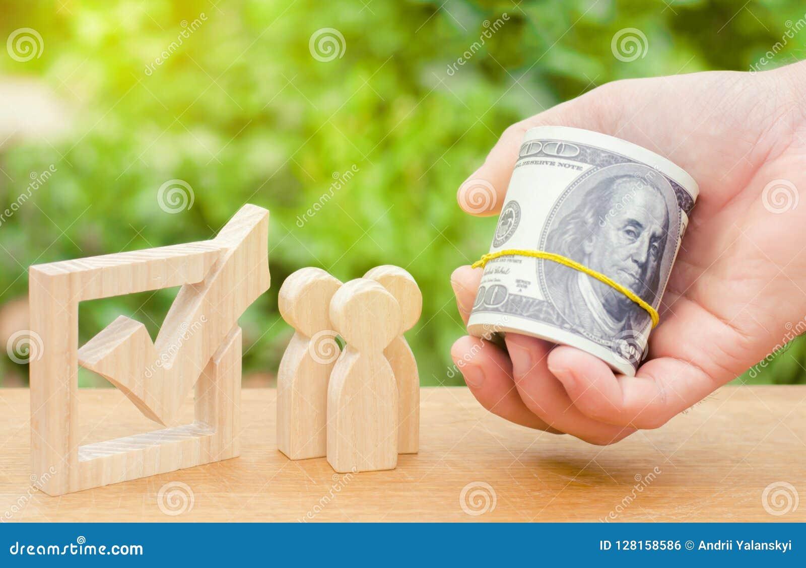 Een hand houdt geld aan mensen stand die zich dichtbij checkbox bevinden Concept stemming en democratische verkiezingen Corruptie