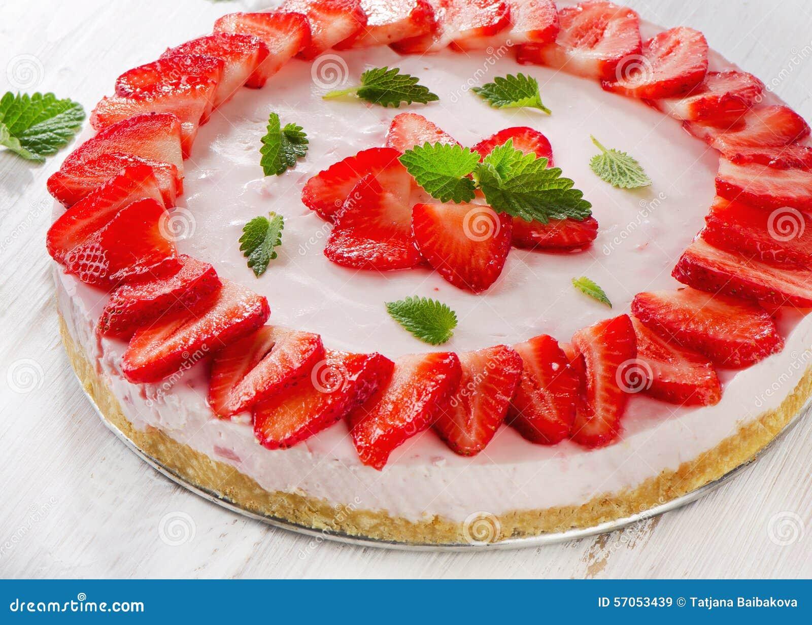 Een heerlijk dessert met kersenjam op de witte plaat