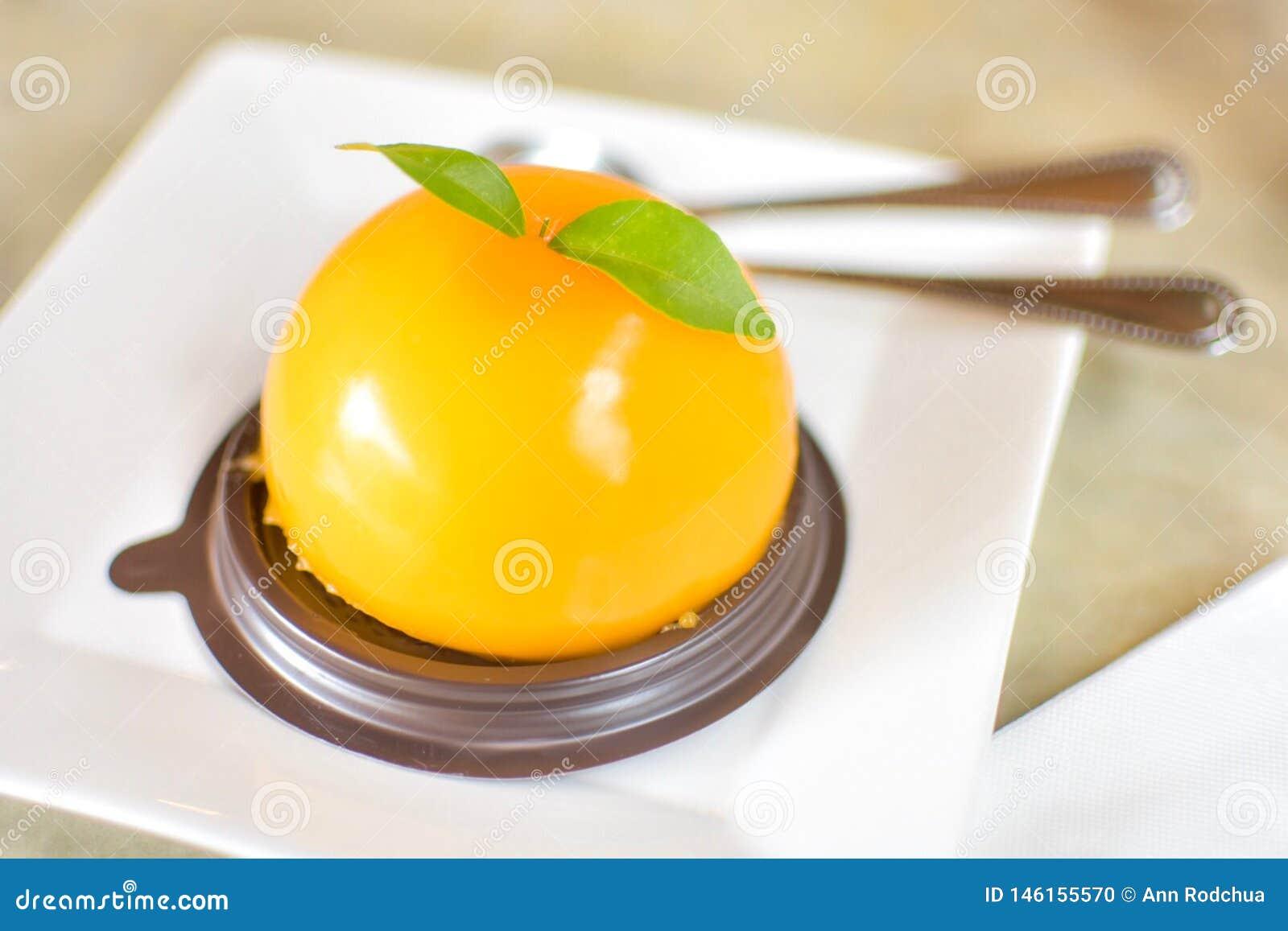 Een heerlijke oranje cake in een koffiewinkel