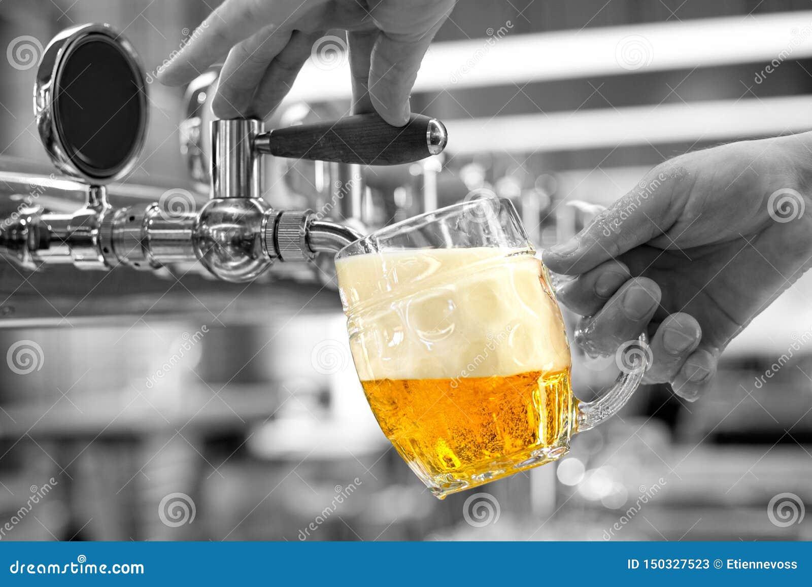 Een het lagerbierbier van het mensen gietend ontwerp in een ingedeukte glasmok in een moderne bar Zwart-witte achtergrond