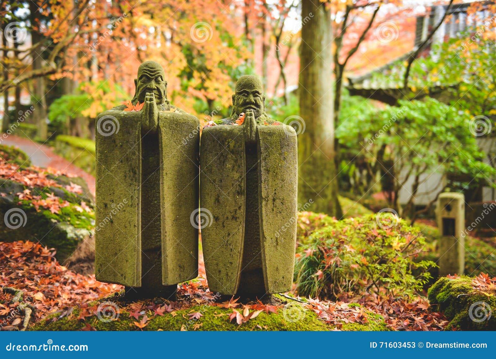 Een het ontspannen beeldhouwwerk bij Choanji-Tempel in Hakone wordt bevlekt die