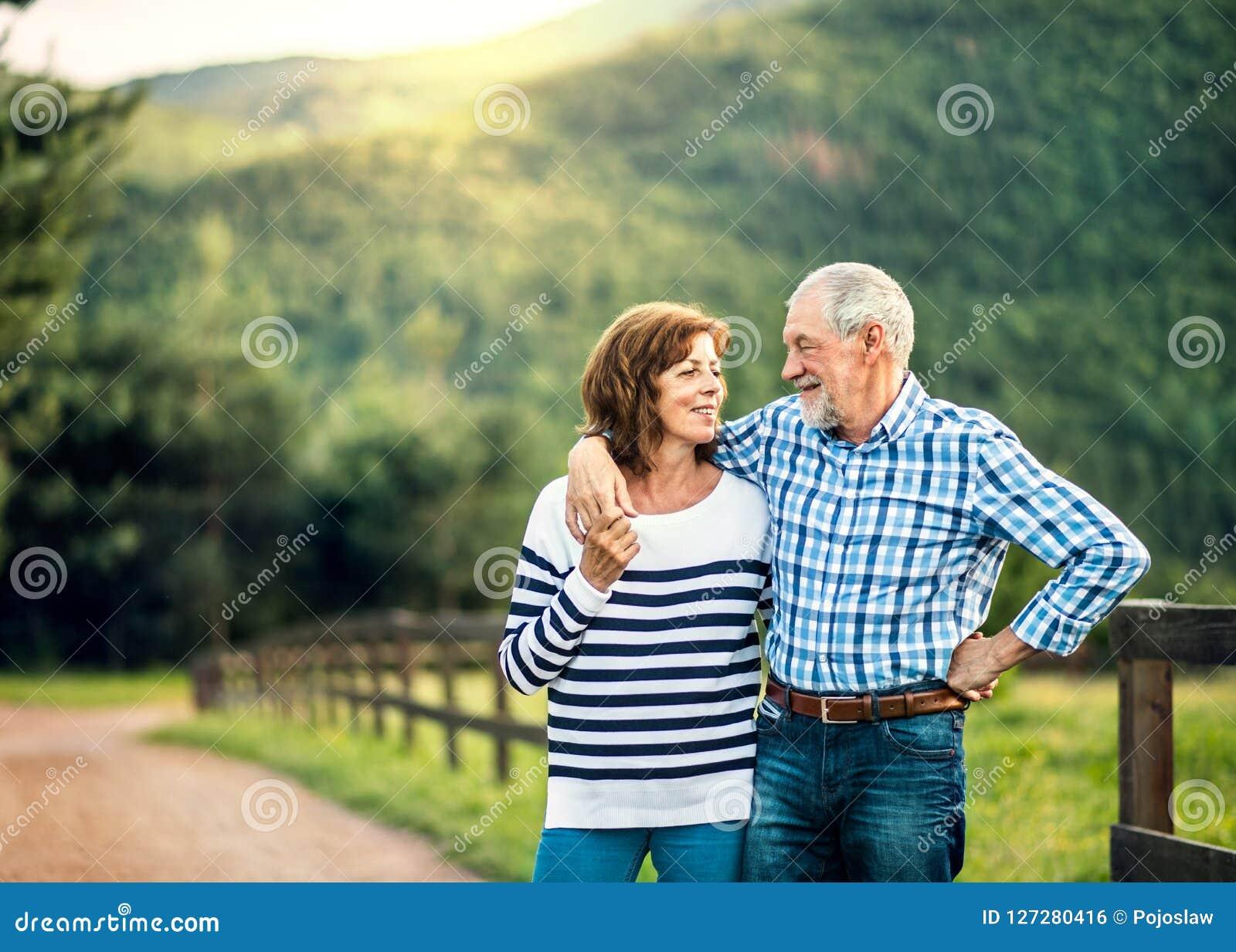 Een hoger paar die in liefde elkaar in openlucht in aard bekijken De ruimte van het exemplaar